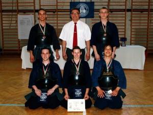 Szabó Áron, Kovács Barbara, Szokodi Tamás, (ülő sor) Tóth Bertalan, Szemán Bence (álló sor középen Balogh Tibor a klub mestere)
